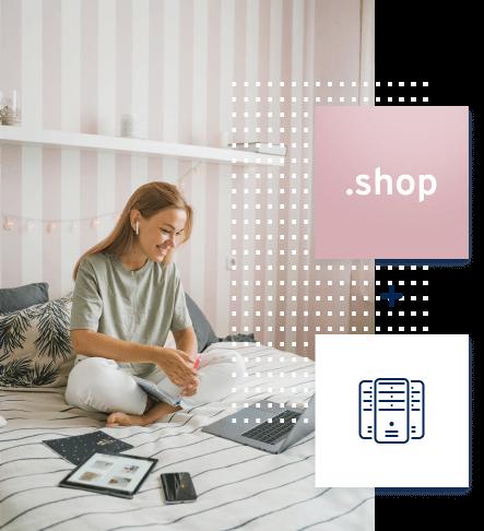 Zdjęcie kobiety siedzącej na łóżku przed komputerem a na nim ikony domeny .shop i hostingu zamkniętych w dwóch kwadratach.